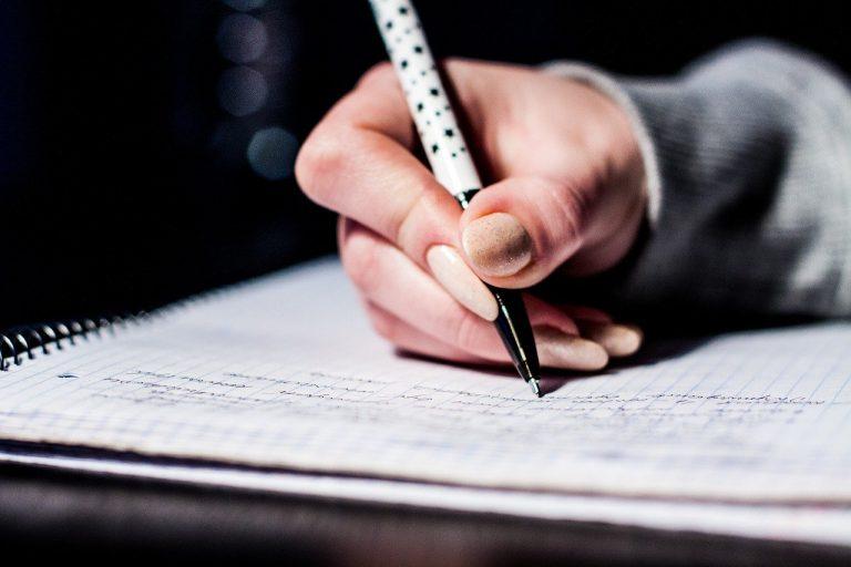 Unterschrift auf Papier mit der Hand