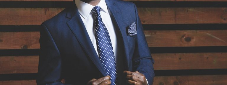 erfolgreicher Mann im blauen Anzg