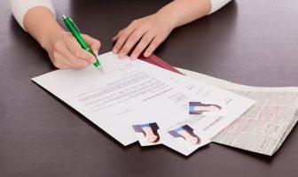 Bewerbungsschreiben mit Foto und Mappe.