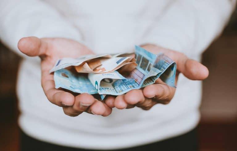 Frau hält ihr Gehalt in der Hand