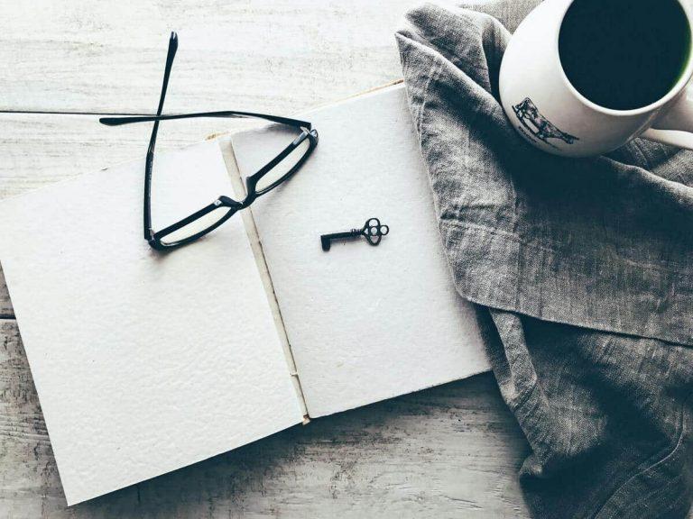 Schlüssel liegt auf einem qualifizierten Buch