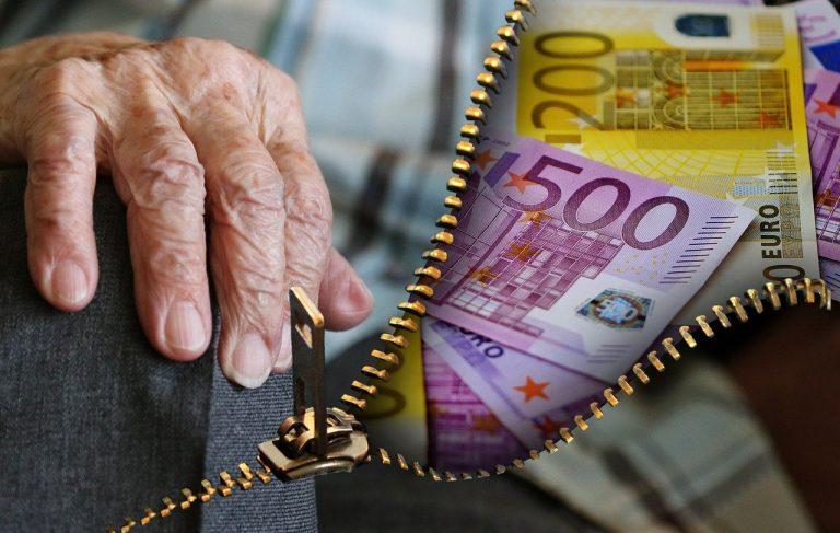 Rentnerin bekommt Geld