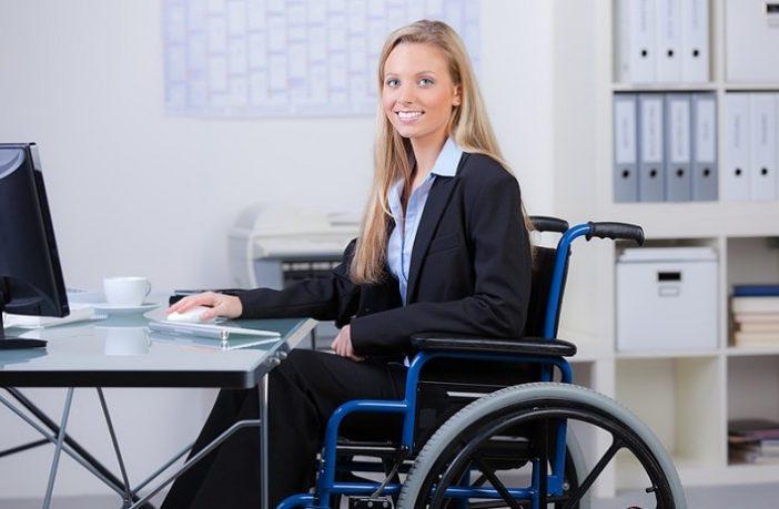 Frau im Rollstuhl.