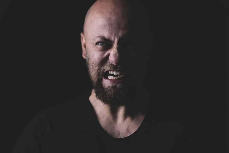 aggressiver Kollege zeigt Zähne