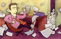überforderter Mitarbeiter am Schreibtisch