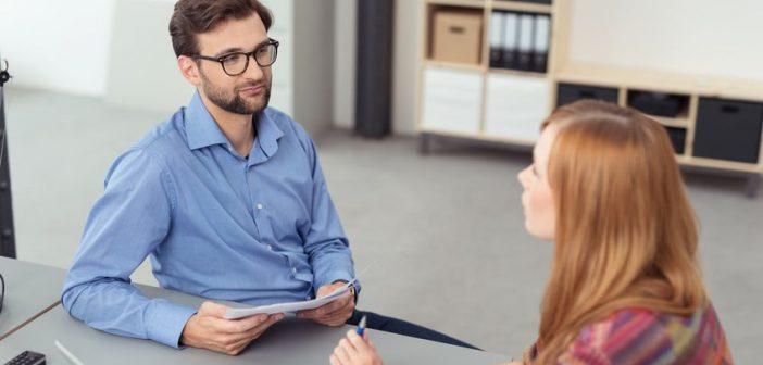 Vorgesetzter führt mit Mitarbeiterin ein Feedbackgespräch