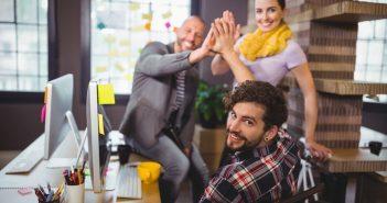 Mehrere Mitarbeiter teilen sich einen Arbeitsplatz