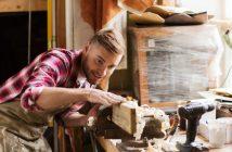 Geselle des Tischlerhandwerks bei der Arbeit