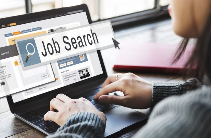 Frau sucht am Laptop nach Jobs