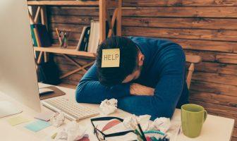 Überforderter und erschöpfter Arbeitnehmer