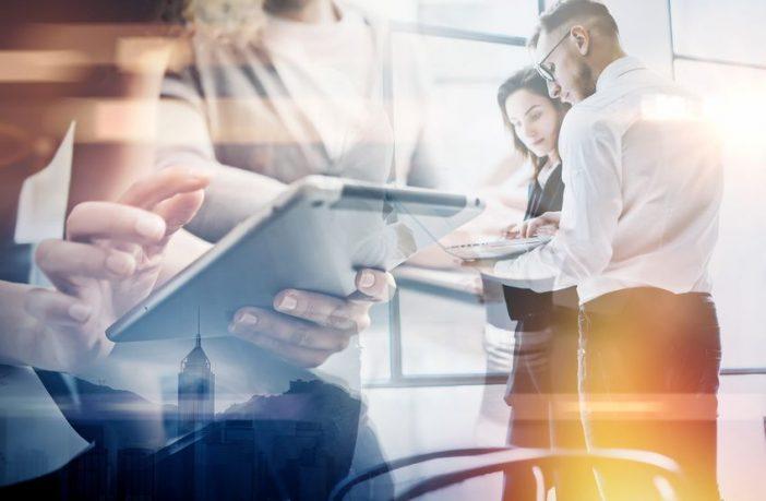 Führungskraft steuert ein virtuelles Team