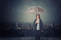 Frau steht karrieremäßig im Regen