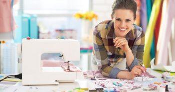 Frau fertigt Produkte in liebevoller Handarbeit