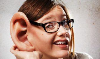 Jemanden über sich Tratschen hören