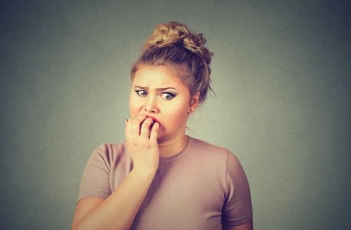 junge Frau hat Angst und ein geringes Selbstbewusstsein