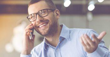 Mann führt ein Telefonat