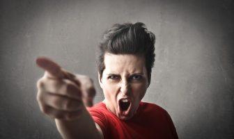 Soziopathin ist impulsiv und aggressiv