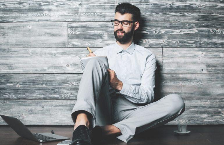 Mann schreibt in sein Erfolgstagebuch