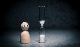 geduldig auf eine Sanduhr blicken