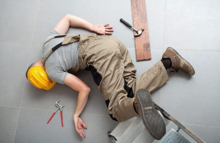 Mann stürzt von einer Leiter