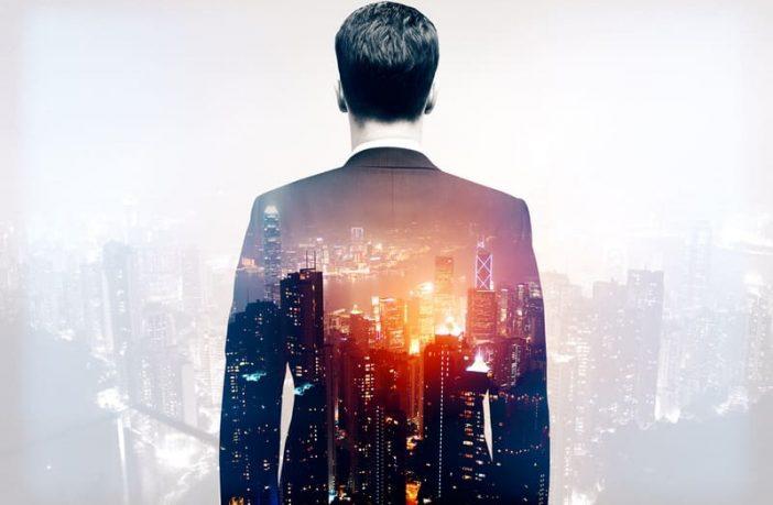 Mann blickt in eine neue Arbeitswelt