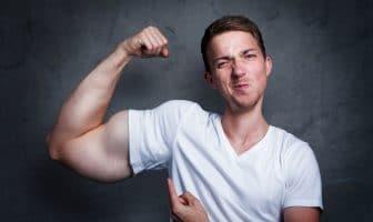 Angeber zeigt seine Muskeln