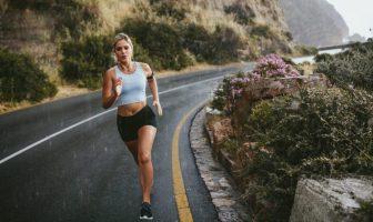 Junge Frau joggt an der frischen Luft