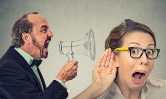 Arbeitgeber kündigt Arbeitnehmer mündlich mit dem Megafon