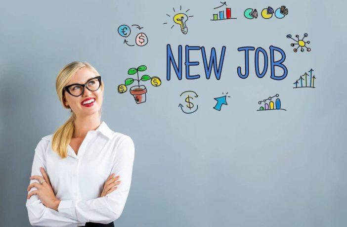 Junge Frau freut sich auf den neuen Job