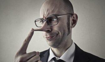 Mann bekommt vom Lügen eine lange Nase