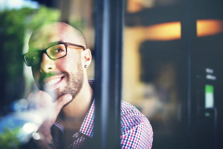 Wer positiv denkt, ist zufriedener und glücklicher mit seinem Leben.