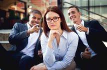 Männer lachen über Frau in Führungsposition