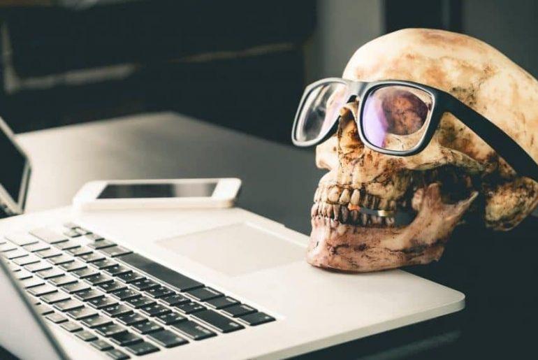 Totenschädel am Laptop