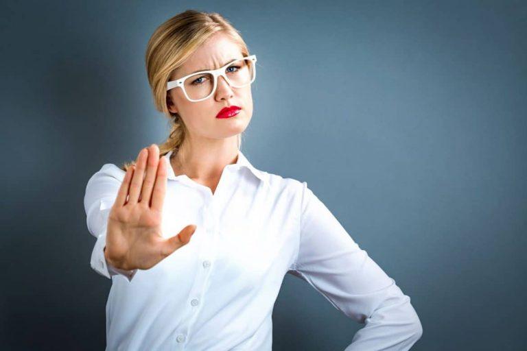 Weibliche Führungskraft lehnt Kontaktanfragen in ab