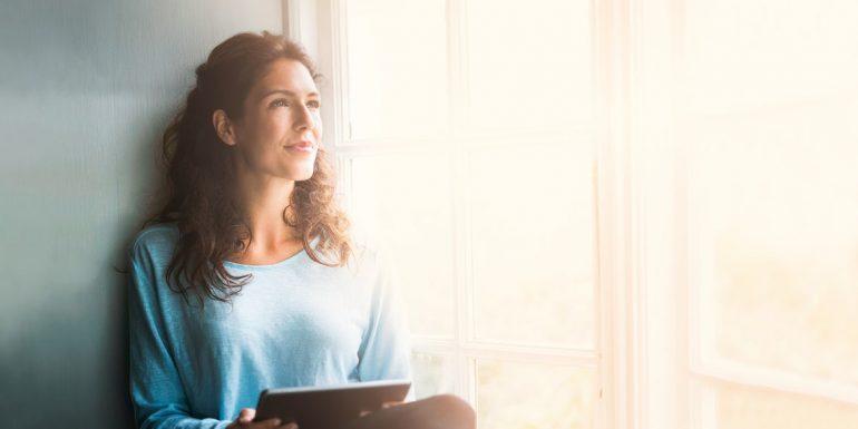 Frau sucht online nach einem Anwalt zur ihrer Rechtsfrage