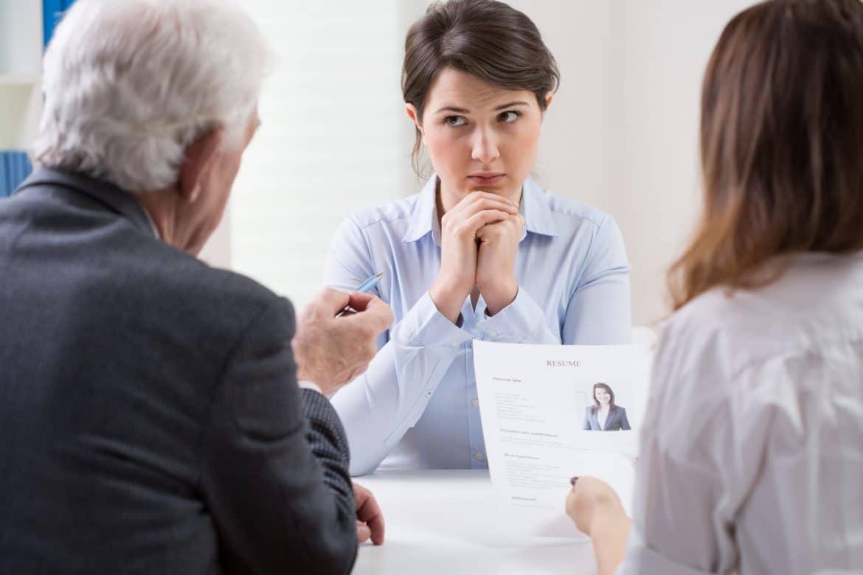Bewerberin wird im Vorstellungsgespräch nach ihren Jobwechsel-Gründen gefragt