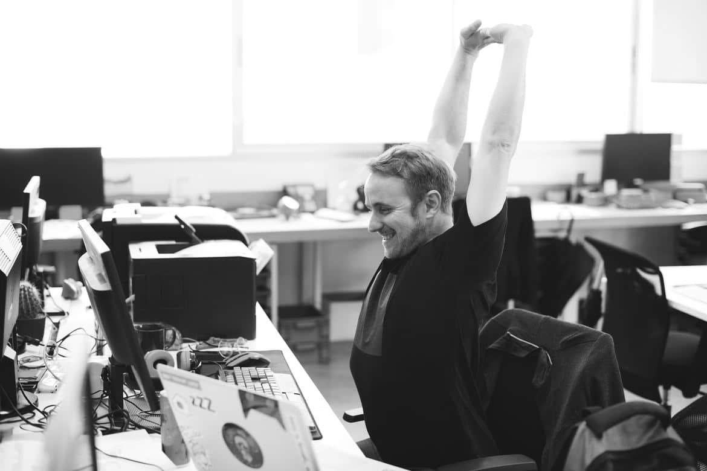 Mann freut sich, dass er seine Produktivität erhöhen konnte und so mehr schafft am Arbeitstag