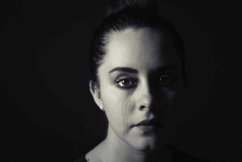 Frau weint und ist psychisch am Ende, da sie von ihren Kollegen ständig gemobbt wurde