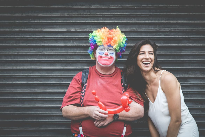 Zwei junge Menschen haben Spaß im und am Leben