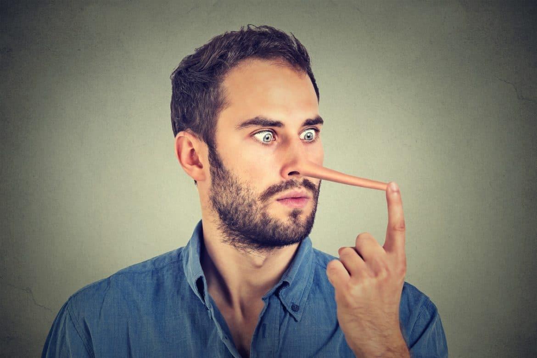 Mann belügt sich selbst und bekommt eine lange Nase