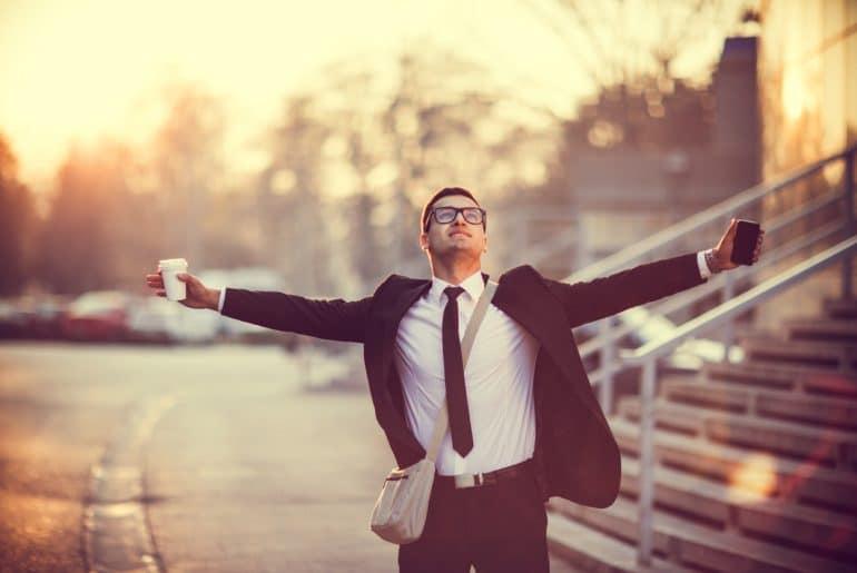 Erfolgreicher Geschäftsmann ist früh aufgestanden und startet motiviert in den Tag