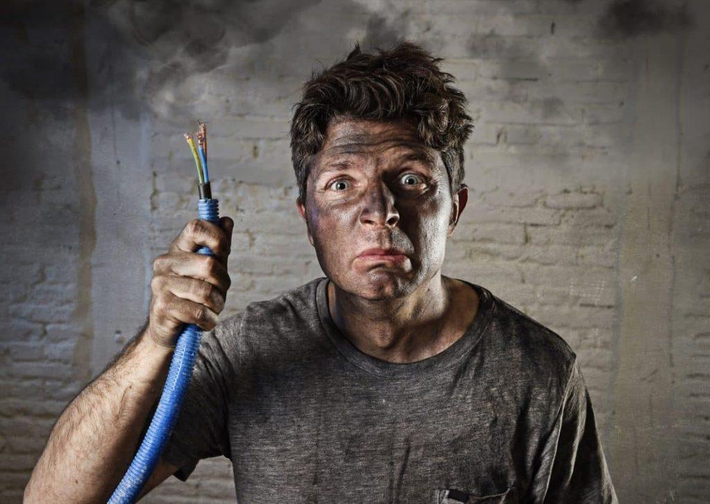 Mann verursacht einen Schaden durch ein kaputtes Kabel