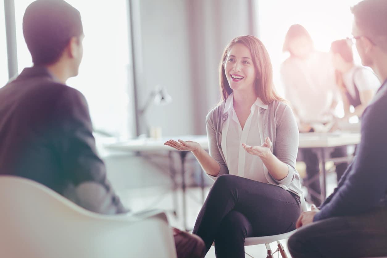 Frau erklärt im Vorstellungsgespräch den Grund für ihre Kündigung beim vorherigen Arbeitgeber