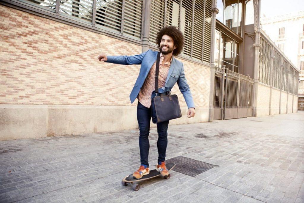 Mann auf dem Skateboard arbeitet weniger, hat mehr Spaß am Leben und verdient dabei noch mehr