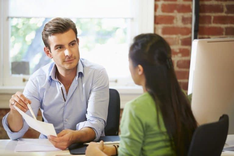 Arbeitnehmerin verhandelt mit Arbeitgeber ihre Rechte und Pflichten im Arbeitsvertrag