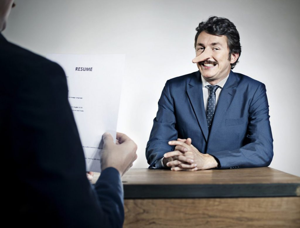 Bewerber lügt Personaler im Bewerbungsgespräch an