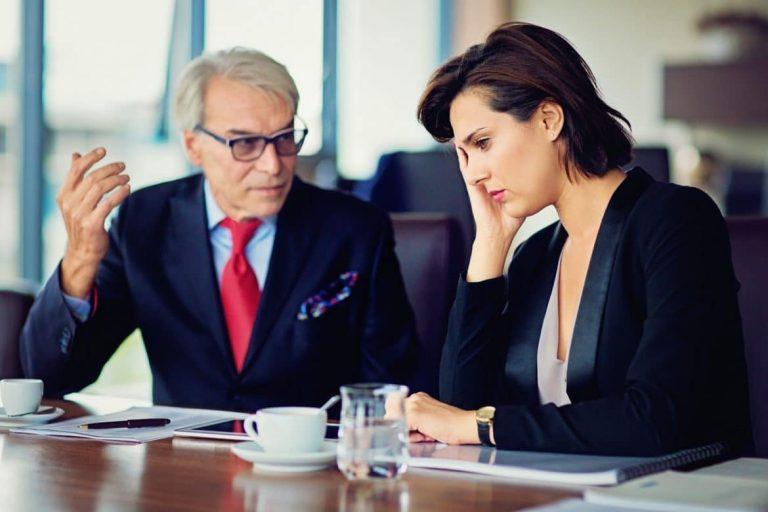 Führungskraft behandelt seine Mitarbeiterin wie ein Kind