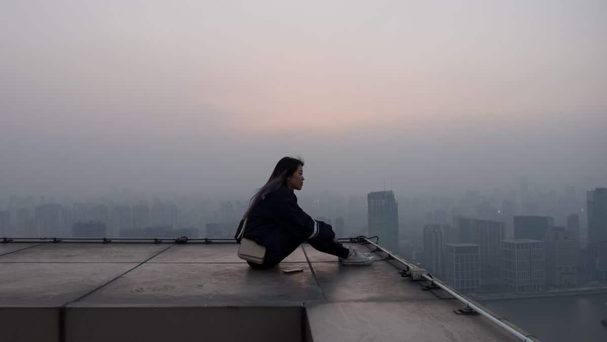 Junge Frau denke über ihr Leben nach