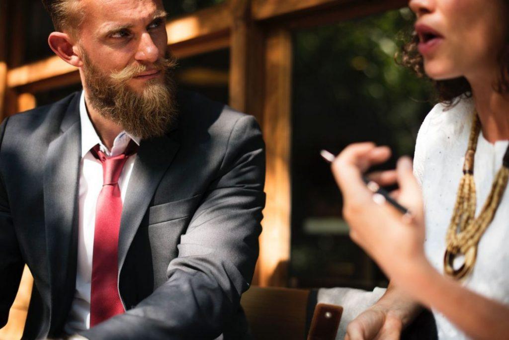 Frau formluiert Kritik richtig im Kritikgespräch mit ihrem Kollegen