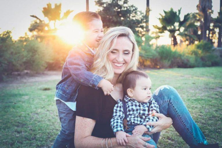 Mutter in Elternzeit spielt mit ihren Kindern.